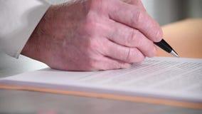Χέρι του ατόμου που υπογράφει ένα έγγραφο, κινηματογράφηση σε πρώτο πλάνο απόθεμα βίντεο