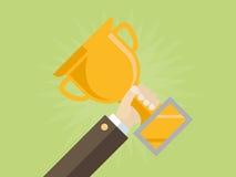 Χέρι του επιχειρηματία που κρατά το χρυσό βραβείο ελεύθερη απεικόνιση δικαιώματος