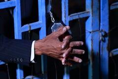 Χέρι του επιχειρησιακού ατόμου στη φυλακή με Στοκ φωτογραφία με δικαίωμα ελεύθερης χρήσης