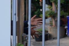 Χέρι του επιχειρησιακού ατόμου στη φυλακή Στοκ Εικόνες