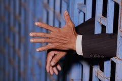 Χέρι του επιχειρησιακού ατόμου στη φυλακή Στοκ εικόνες με δικαίωμα ελεύθερης χρήσης