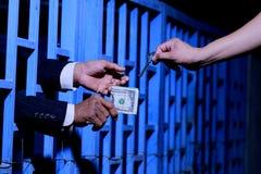 Χέρι του επιχειρησιακού ατόμου στη φυλακή Στοκ φωτογραφία με δικαίωμα ελεύθερης χρήσης