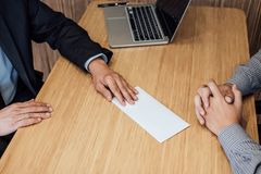 Χέρι του εργοδότη που αρχειοθετεί την τελική ανταμοιβή στον υπάλληλο, γράμμα ο στοκ φωτογραφίες