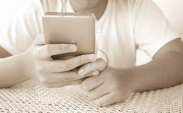 Χέρι του κοριτσιού που χρησιμοποιεί το έξυπνο τηλέφωνο Στοκ φωτογραφία με δικαίωμα ελεύθερης χρήσης