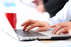 Χέρι του κουμπιού Τύπου επιχειρηματιών στο φορητό προσωπικό υπολογιστή Στοκ Εικόνα