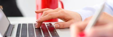 Χέρι του κουμπιού Τύπου επιχειρηματιών στο φορητό προσωπικό υπολογιστή Στοκ φωτογραφία με δικαίωμα ελεύθερης χρήσης
