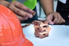 Χέρι του μηχανικού που κατασκευάζει τους ξύλινους φραγμούς Στοκ φωτογραφία με δικαίωμα ελεύθερης χρήσης