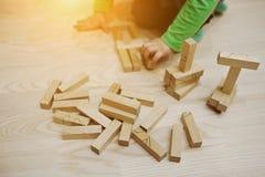 Χέρι του μωρού που έπαιξε το αναπτυξιακό παιχνίδι των ξύλινων φραγμών Στοκ Εικόνες