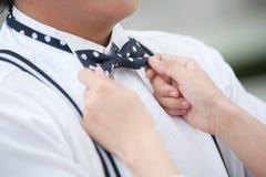 Χέρι του νεόνυμφου και της νύφης με το τόξο Στοκ φωτογραφία με δικαίωμα ελεύθερης χρήσης