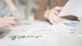 Χέρι του σπουδαστή που δείχνει το διάγραμμα πιτών σε χαρτί απόθεμα βίντεο