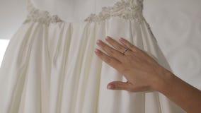 Χέρι του όμορφου γαμήλιου φορέματος αφών νυφών Αρκετά και καλά-καλλωπισμένη γυναίκα απόθεμα βίντεο