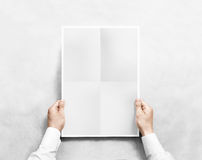 Χέρι το γκρίζο κενό πρότυπο αφισών, που απομονώνεται που κρατά Στοκ φωτογραφία με δικαίωμα ελεύθερης χρήσης
