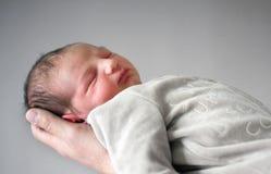 χέρι το νεογέννητο s πατέρων Στοκ Φωτογραφία