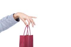 χέρι τσαντών που κρατά τις κόκκινες αγορές Στοκ Φωτογραφίες