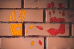 Χέρι-τυπωμένες ύλες στον τοίχο στοκ εικόνα