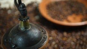 Χέρι των αλέθοντας φασολιών καφέ Barista στον εκλεκτής ποιότητας μύλο απόθεμα βίντεο
