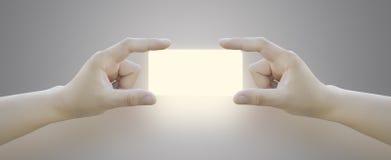 Χέρι των γυναικών που ωθούν το κουμπί στην οθόνη αφής Στοκ Φωτογραφίες