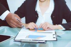 Χέρι των επιχειρηματιών που συζητούν τα διαγράμματα και των γραφικών παραστάσεων που παρουσιάζουν αποτελέσματα Στοκ φωτογραφία με δικαίωμα ελεύθερης χρήσης