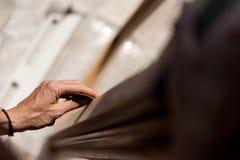 Χέρι των στρώνοντας με άμμο κοu'φωμάτων γυναικών Στοκ εικόνες με δικαίωμα ελεύθερης χρήσης