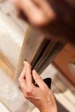 Χέρι των στρώνοντας με άμμο κοu'φωμάτων γυναικών Στοκ φωτογραφία με δικαίωμα ελεύθερης χρήσης