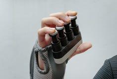 Χέρι υπομονετικού χρησιμοποιώντας ένα εργαλείο αντίστασης για να ασκήσει το δάχτυλο α στοκ εικόνα