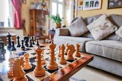 Χέρι-χαρασμένα κομμάτια σκακιού και πίνακας που βλέπουν μέσα σε ένα ιδιωτικό σπίτι Στοκ Εικόνες