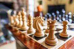Χέρι-χαρασμένα κομμάτια σκακιού και πίνακας που βλέπουν μέσα σε ένα ιδιωτικό σπίτι Στοκ Φωτογραφίες