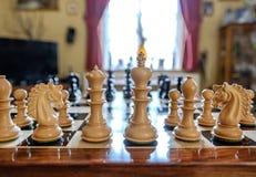 Χέρι-χαρασμένα κομμάτια σκακιού και πίνακας που βλέπουν μέσα σε ένα ιδιωτικό σπίτι Στοκ εικόνες με δικαίωμα ελεύθερης χρήσης