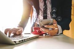 Χέρι χρησιμοποιώντας την ταμπλέτα, lap-top, και κρατώντας το smartphone με το σε απευθείας σύνδεση δίκτυο επικοινωνίας τραπεζικής στοκ εικόνες με δικαίωμα ελεύθερης χρήσης