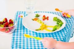 Χέρι Childs και υγιές φυτικό μεσημεριανό γεύμα για τα παιδιά λ Στοκ εικόνες με δικαίωμα ελεύθερης χρήσης