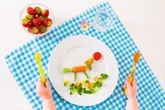 Χέρι Childs και υγιές φυτικό μεσημεριανό γεύμα Στοκ Εικόνες