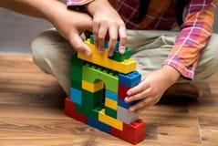 Χέρι Mom και ασιατικό σπίτι οικοδόμησης κοριτσιών παιδιών Στοκ φωτογραφία με δικαίωμα ελεύθερης χρήσης