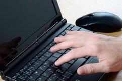 χέρι netbook Στοκ φωτογραφία με δικαίωμα ελεύθερης χρήσης