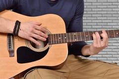 Χέρι playng στην ακουστική κιθάρα Στοκ εικόνα με δικαίωμα ελεύθερης χρήσης