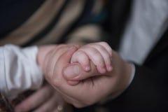 χέρι s πατέρων Στοκ Φωτογραφίες