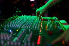Χέρι soundman στην κονσόλα Στοκ φωτογραφίες με δικαίωμα ελεύθερης χρήσης