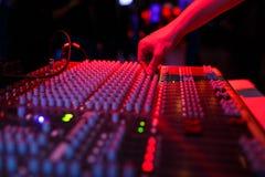 Χέρι soundman στην κονσόλα Στοκ Εικόνες