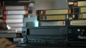 Χέρι VHS στο VCR απόθεμα βίντεο