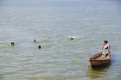 Χήρες Andaman που μαθαίνουν την αλιεία Στοκ εικόνα με δικαίωμα ελεύθερης χρήσης