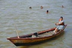 Χήρες Andaman που μαθαίνουν την αλιεία Στοκ Εικόνες