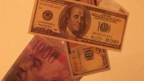 Χίλια ελβετικά φράγκα και αμερικανικά δολάρια στο άσπρο υπόβαθρο απόθεμα βίντεο