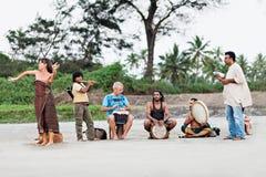 Χίπηδες που παίζουν τη μουσική Στοκ φωτογραφία με δικαίωμα ελεύθερης χρήσης
