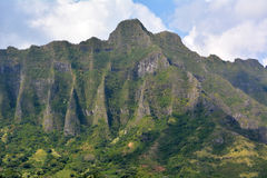 Χαβάη. Βουνά με το μπλε ουρανό και τα σύννεφα Στοκ φωτογραφία με δικαίωμα ελεύθερης χρήσης