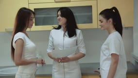 Χαιρετήστε συσκέπτεται με το θηλυκό ασθενή στο οδοντικό γραφείο 4K απόθεμα βίντεο