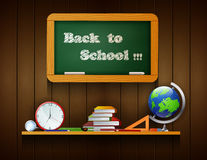 Χαιρετίστε πίσω στο σχολικό πίνακα την ένωση στο ξύλινο υπόβαθρο Στοκ φωτογραφία με δικαίωμα ελεύθερης χρήσης