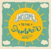 Χαιρετίστε στο καλοκαίρι τη γράφοντας αφίσα απεικόνιση αποθεμάτων
