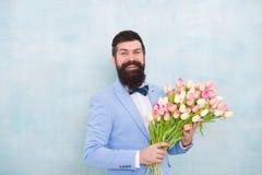 Χαιρετισμοί γενεθλίων Καλύτερα λουλούδια για τη φίλη Λουλούδια για την Γενειοφόρος ανθοδέσμη τουλιπών λαβής δεσμών τόξων κοστουμι στοκ εικόνα