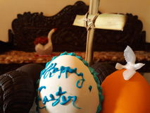 Χαιρετισμοί Πάσχας στο αυγό με το διαγώνιο φοίνικα πουλιών περιστεριών Στοκ Εικόνες