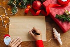 Χαιρετισμοί Χριστουγέννων γραψίματος Στοκ φωτογραφία με δικαίωμα ελεύθερης χρήσης