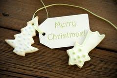 Χαιρετισμοί Χριστουγέννων σε μια ετικέτα με τα μπισκότα Χριστουγέννων Στοκ Εικόνα